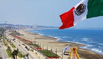 Habitantes de Veracruz mitigan las altas temperaturas en las playas