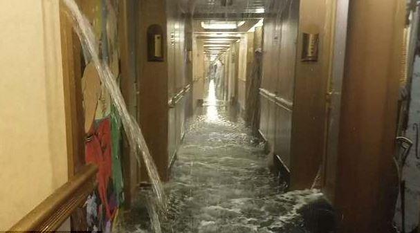 Crucero en el Caribe inundado por ruptura de tubería