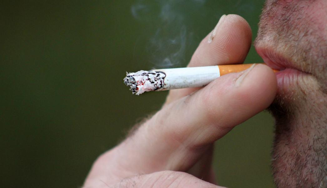persona-fumando-imagen-ilustrativa-presentar-los-peligros-del-tabaquismo