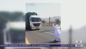 Joven saudí se juega la vida y baila frente a camión en marcha