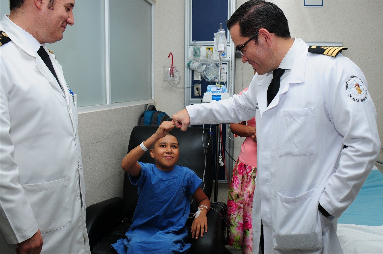 Médicos Marina operan con éxito a un niño herido durante el sismo