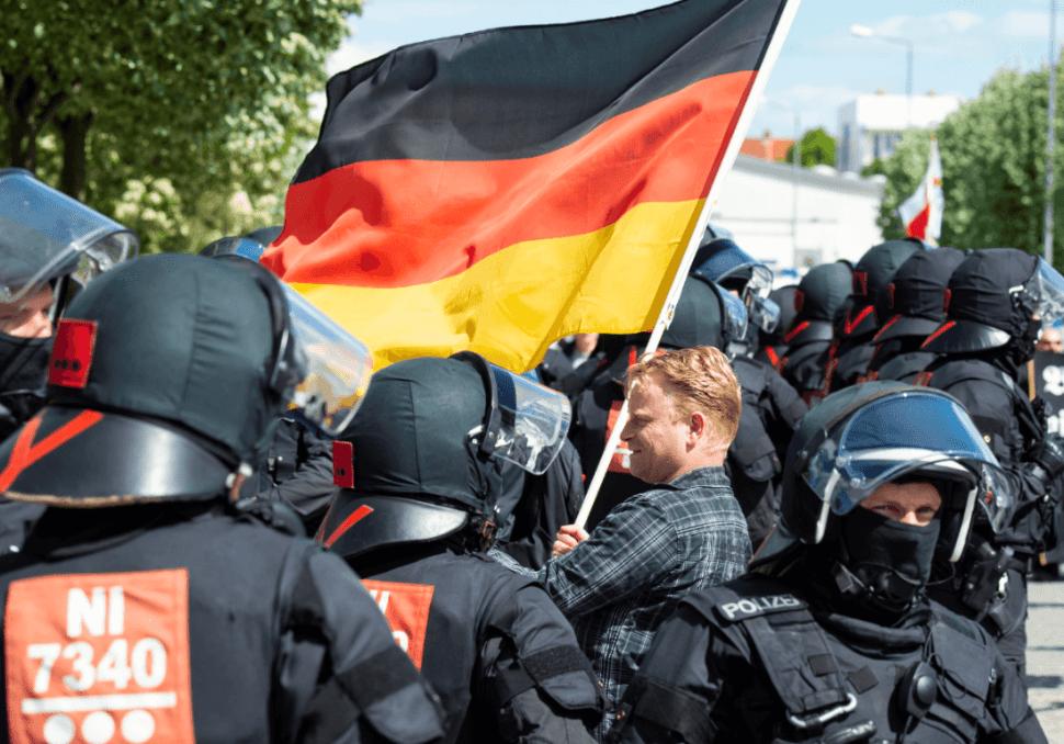 Manifestantes y policías en Alemania. (AP)