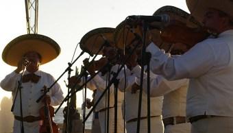 """Campaña envia mariachis a cantar """"La Cucaracha"""" a abogado racista"""