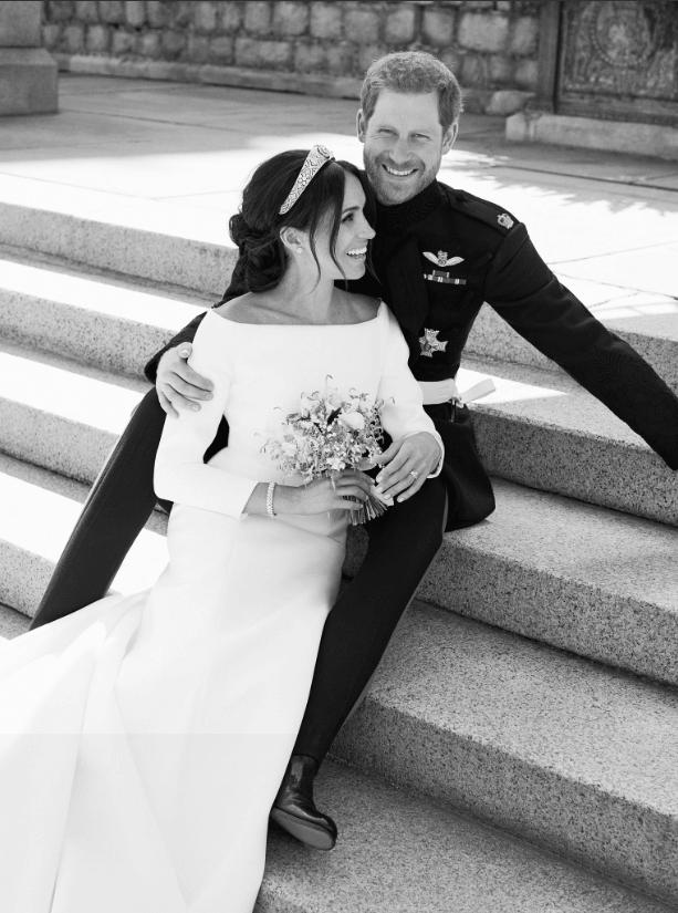 Meghan Markle y el príncipe Enrique poco después de su boda. ( Kensington PalaceCuenta verificada @KensingtonRoyal)