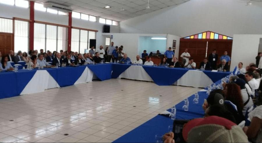 Inicia diálogo en Nicaragua; reciben a Ortega con gritos