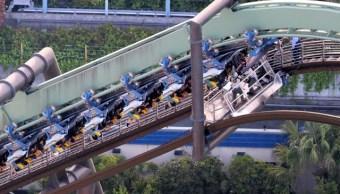 64 personas quedan suspendidas boca abajo en montaña rusa en Japón