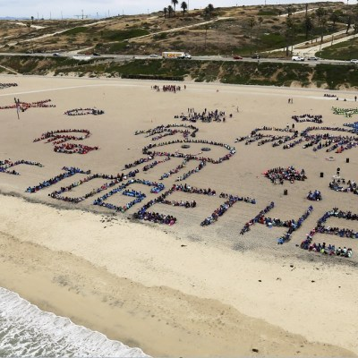 Miles de niños limpian playa de Los Ángeles por un 'océano libre de plástico'