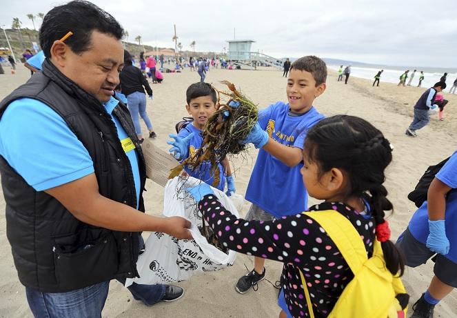 Niños limpian playa Los Ángeles océano libre plástico