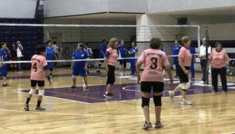 Mujeres que son madres y abuelas juegan en equipo de cachibol en NL