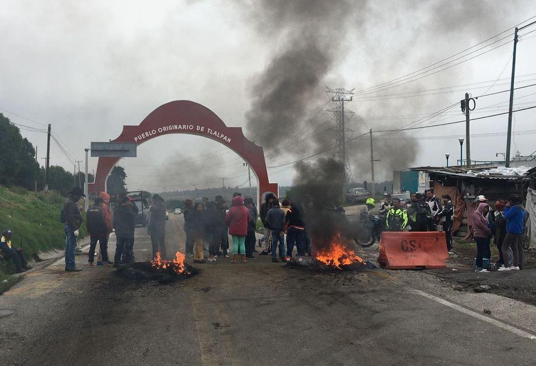 Bloquean la carretera México-Cuernavaca tras la muerte de bebé en autobús de pasajeros