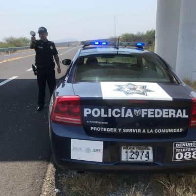 Rescatan a 15 migrantes transportados en una camioneta en Coahuila