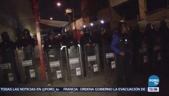 Policías y comerciantes enfrentan operativo en Tepito
