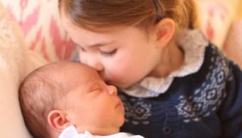 Familia real británica difunde imagen del príncipe Luis y su hermana Carlota