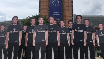 Protestan con réplicas de Zuckerberg ante sede de la Comisión Europea