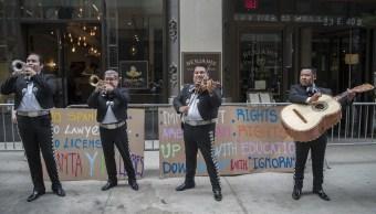Mexicanos llevan mariachi y tacos al abogado racista de Nueva York