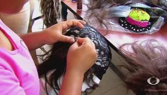 Reclusas confeccionan pelucas para pacientes con