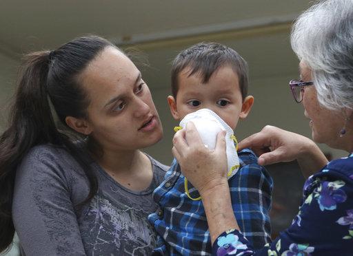 Reparten máscaras de gas por polvo del volcán Kilauea en Hawai
