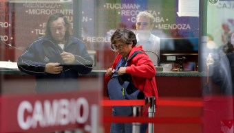 Se intensifica devaluación en Argentina y dólar alcanza récord
