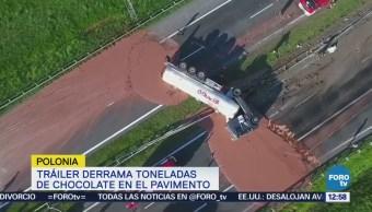 Tráiler derrama toneladas de chocolate sobre el pavimento en Polonia