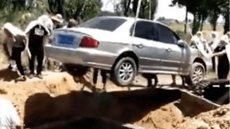 Un hombre fue enterrado dentro de su propio auto.