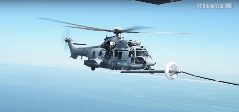 video-repostaje-avion-cisterna-a-helicoptero-fuerza-aerea-francia
