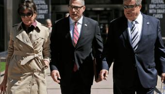Padres de Melania Trump acuden a edificio de inmigración en NY