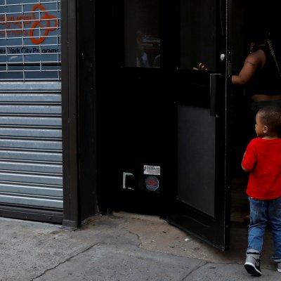 Revelan video de niño migrante separado de su madre deportada