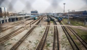 Descarrilamiento de tren deja un muerto en Kazajistán