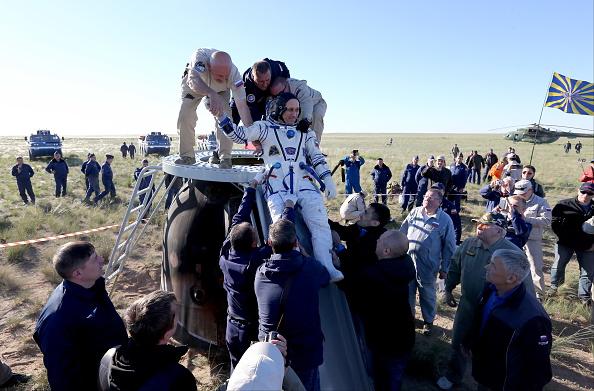 Tres astronautas volvieron a la Tierra con una pelota para el Mundial