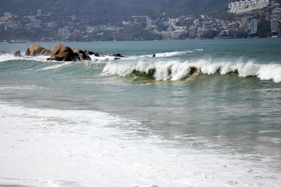 Muere turista ahogado por mar de fondo en Acapulco, Guerrero