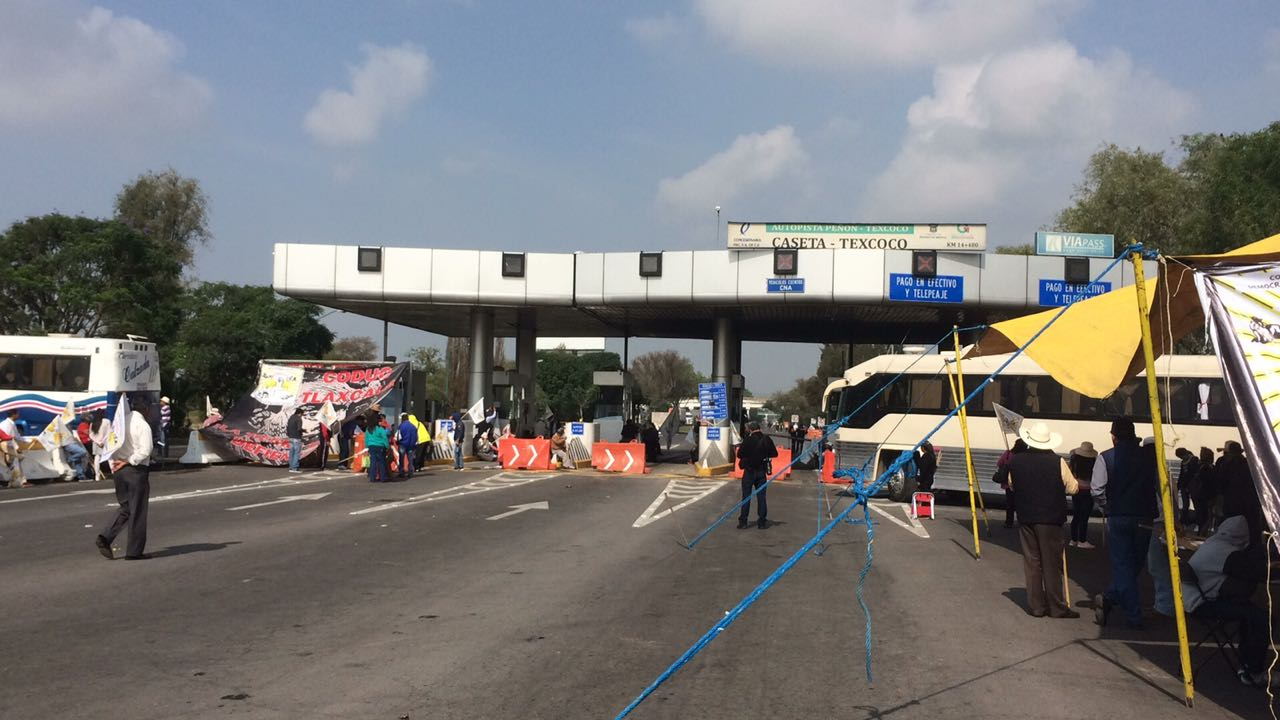 Manifestantes cierran la autopista Peñón Texcoco, Periférico