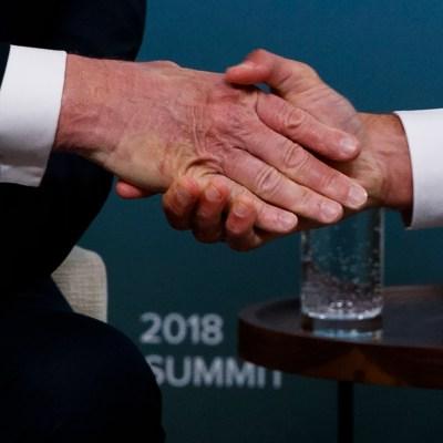 Macron le deja marcada la mano a Trump con fuerte apretón de manos