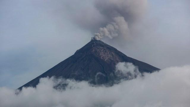 Volcán de Fuego de Guatemala genera explosiones