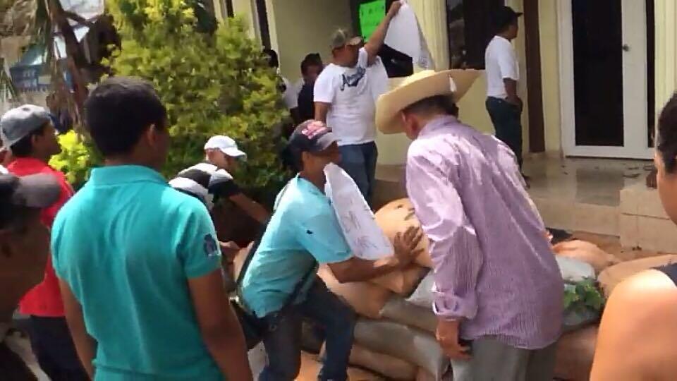 Manifestantes apedrean hotel de la PF en Guerrero