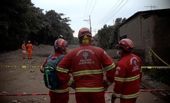 Bomberos trabajan bajo condiciones extremas para rescatar
