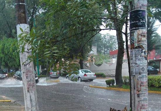 Lluvia deja inundaciones en zona urbana de Xalapa