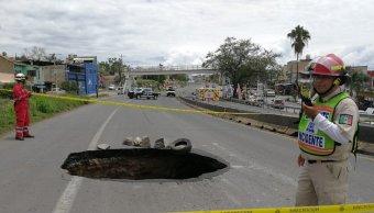 Cierran carretera a Saltillo por socavón