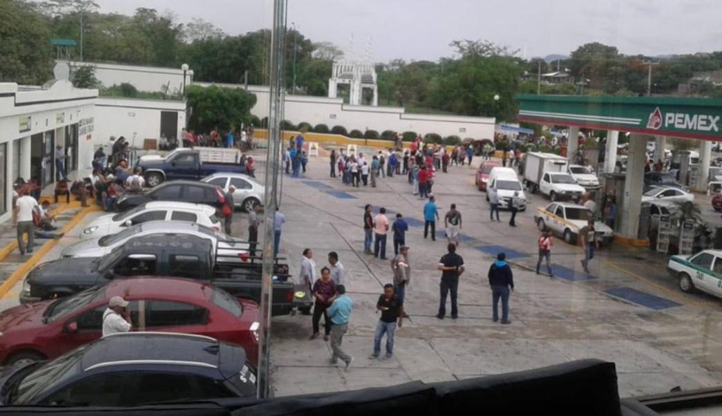 CNTE toma gasolineras y regala combustible en Chiapas