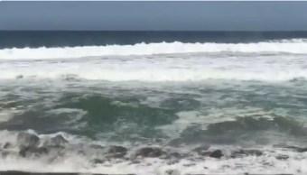 Huracán 'Aletta' provoca marea alta en costas de Colima