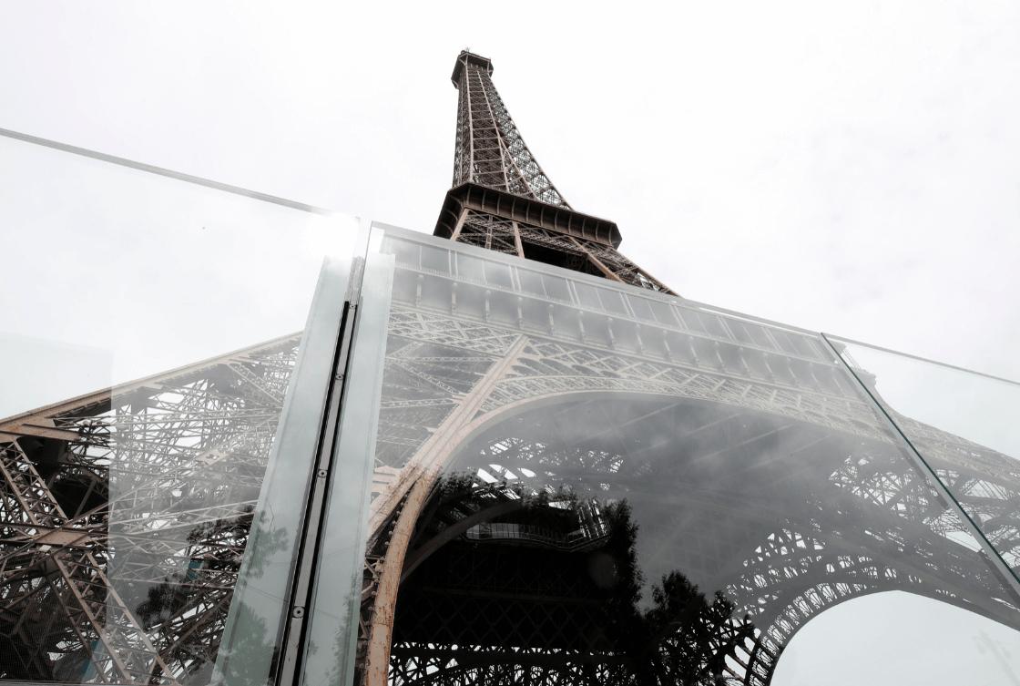 Protegen la Torre Eiffel con muro de cristal