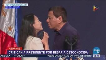 Critican a Duterte por besar en la boca a una mujer