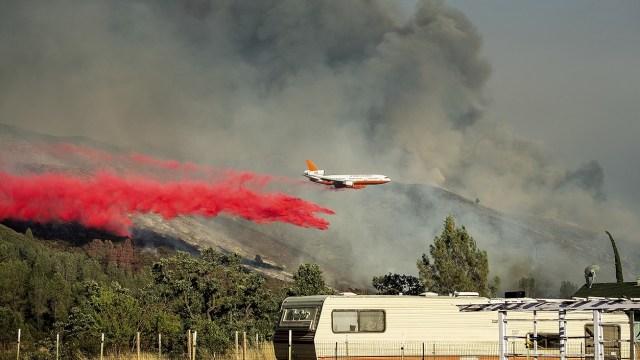 Cuatro incendios forestales amenaza hogares en California