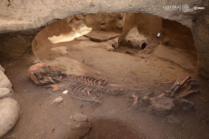 Descubren fosas prehispánicas de 2,500 años en CDMX