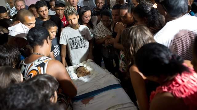 Mueren dos adolescentes por balas perdidas en Río de Janeiro