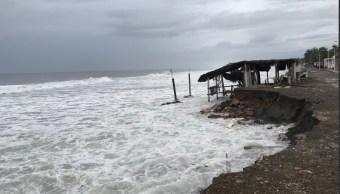 Fuerte oleaje y negocios destruidos deja 'Bud' en Colima