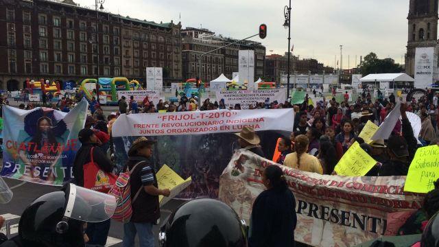 Manifestantes afectan tránsito en el Zócalo de la CDMX