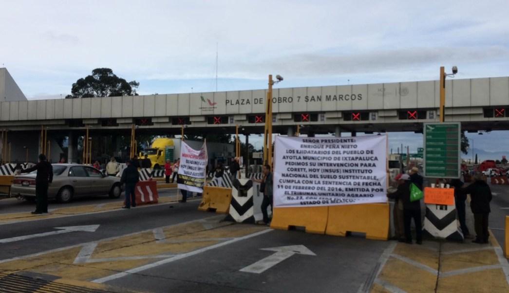Manifestantes bloquean caseta en la autopista México-Puebla