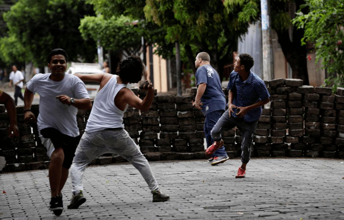 Policías y fuerzas de choque atacan a opositores en Nicaragua