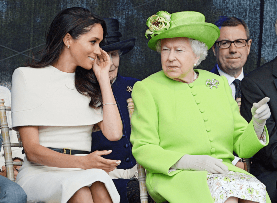 Meghan Markle observa a la reina Isabel II durante un acto oficial en Inglaterra. (Reuters)