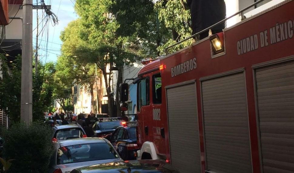 Bomberos apoyados por Protección Civil arribaron al lugar para atender la emergencia. (Noticieros Televisa)